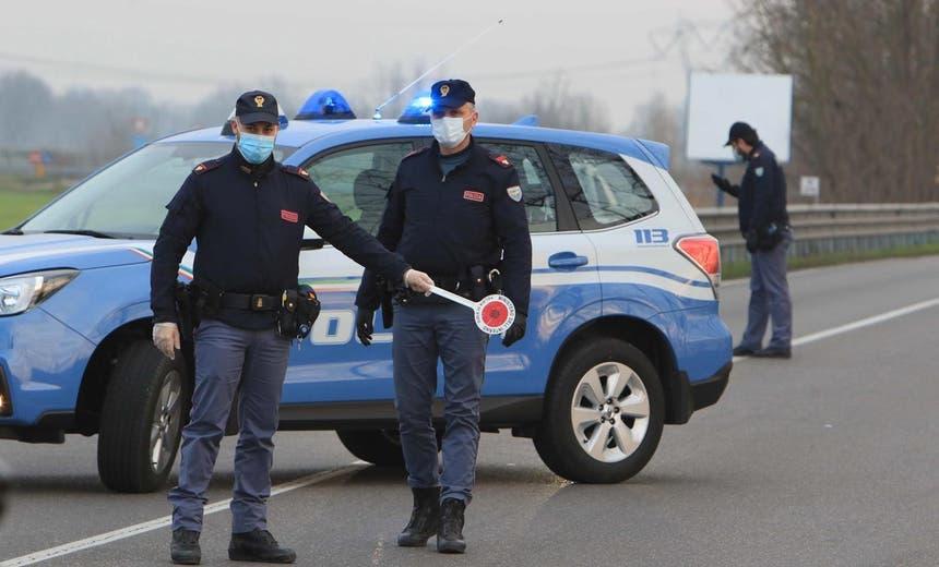 A polícia italiana de patrulha à entrada da vila de Casalpusterlengo, a sudeste de Milão, dia 23 fevereiro 2020