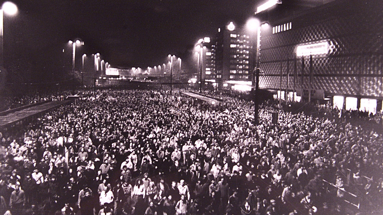 Cerca de 70.000 pessoas caminharam pelo centro da cidade de Leipzig durante um protesto público, as chamadas marchas de Segunda-feira contra o regime comunista da Alemanha Oriental. As marchas de Segunda-feira forçaram o chefe da ditadura, Erich Honecker, a abandonar o poder. Três semanas depois deu-se a abertura do Muro de Berlim. 9 de outubro de 1989 |  Reuters