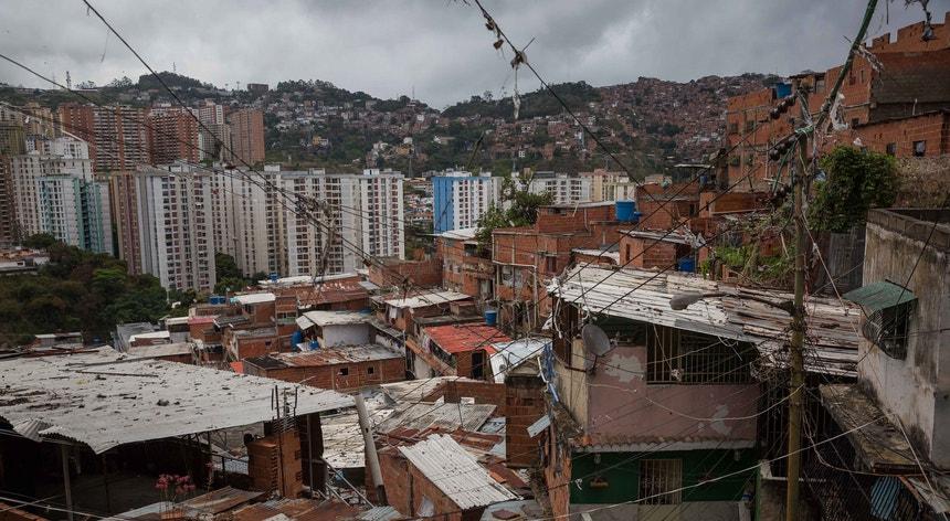 A colocação de cartazes está a indignar a oposição venezuelana