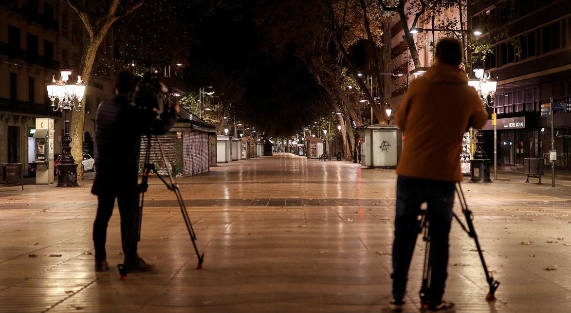 Espanha, Barcelona, Ramblas, repórteres de imagem registam as ruas vazias | Nacho Doce - Reuters
