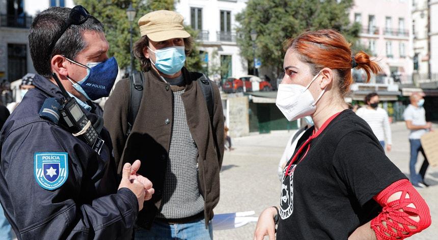Um agente da PSP conversa com uma ativista durante a manifestação de 21 de março, em Lisboa, por ocasião do Dia Internacional pela Eliminação da Discriminação Racial