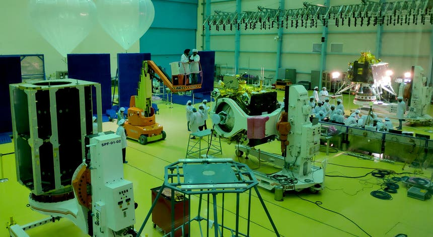 Cientistas constroem alguns dos módulos da missão lunar, Chandrayaan-2, na Organização Indiana de Pesquisa Espacial (ISRO)