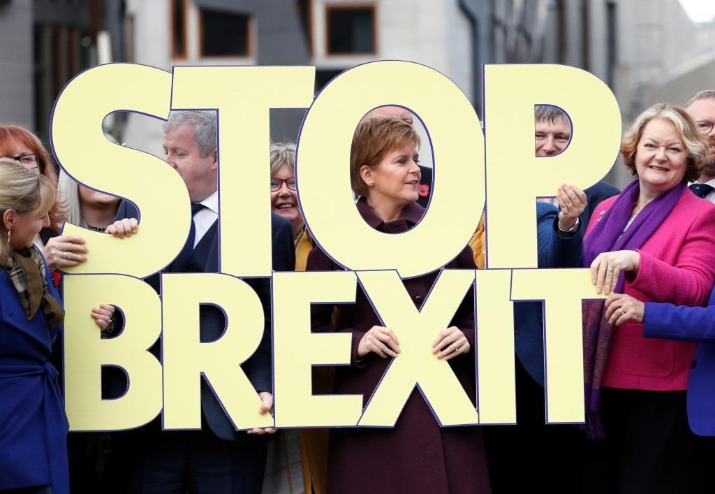 """A primeira-ministra escocêsa Nicola Sturgeon posa numa foto com os candidatos, segurando uma placa """"Stop Brexit"""", durante o lançamento da campanha eleitoral geral do SNP em Edimburgo, Escócia. 8 novembro  2019. REUTERS/Russell Cheyne"""