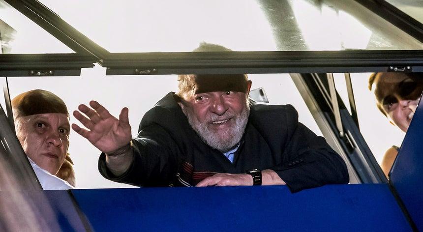 Resultado de imagem para Lula recusa entregar-se à Polícia Federal em Curitiba
