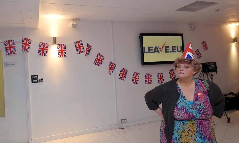 Uma apoiante do Leave.eu usa um chapéu de papel com a bandeira do sindicato após o encerramento das seções eleitorais no Referendo sobre a União Europeia em Londres. 23 junho 2016. REUTERS/Toby Melville