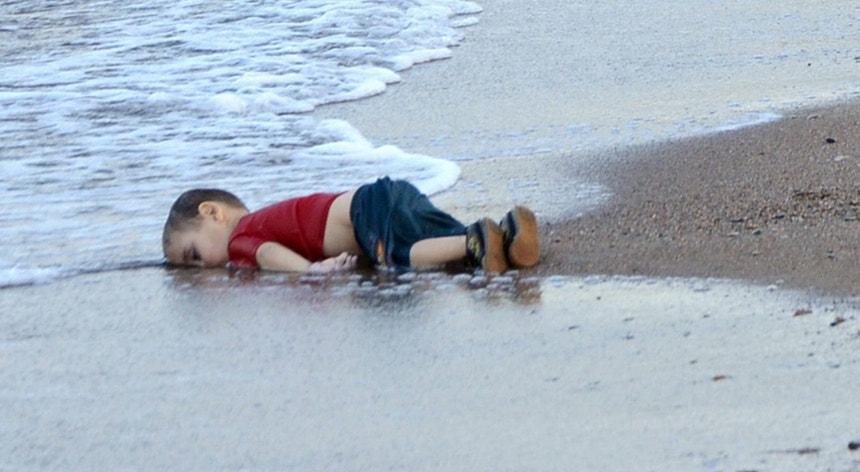 O corpo  de Alan Kurdi foi encontrado numa praia há um ano e chamou a atenção da opinião pública para a crise dos refugiados