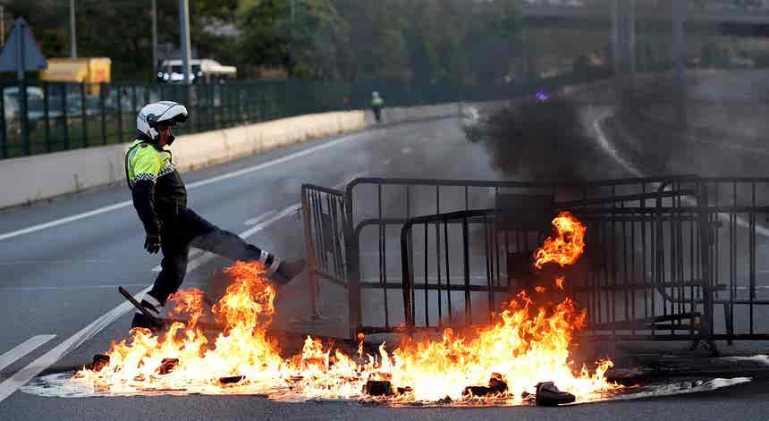 Imagem do dia. Barricadas nos acessos entre Espanha e França