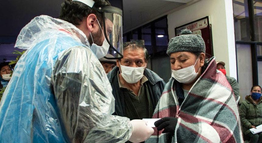 Os mexicanos procuram os serviços de saúde na tentativa de minorar os efeitos da doença