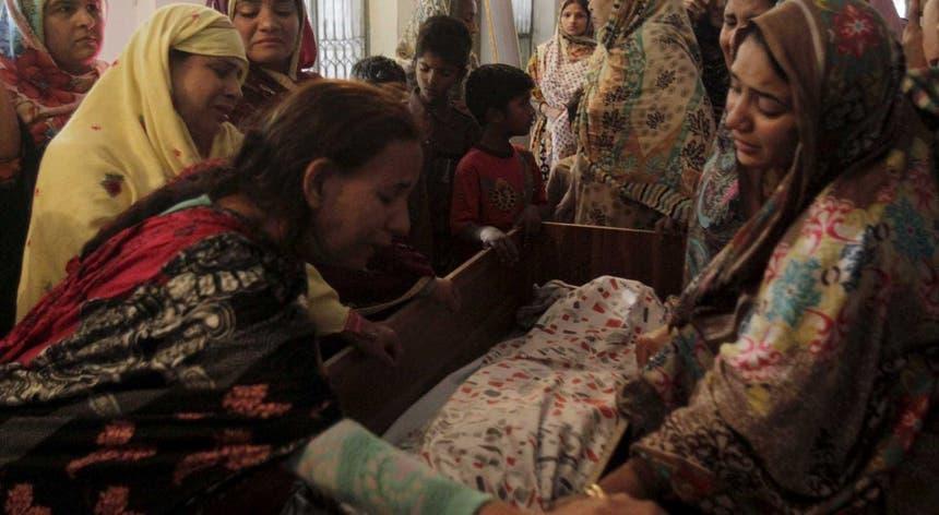 Quase trinta crianças morreram no atentado num parque de Lahore cheio de famílias que festejavam o domingo de Páscoa e que fez pelo menos 72 mortos e 315 feridos, muitos em estado grave.