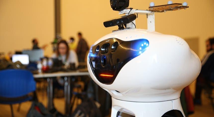 """O robô """"Mordomo"""" e a equipa do ISR/IST vão representar Portugal na competição do RoCKIn 2015"""