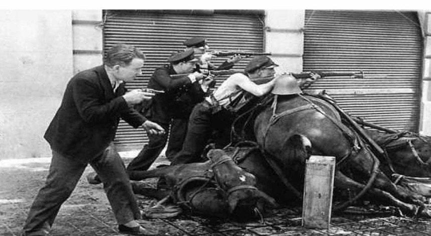 Foto de Agustí Centelles, mostrando como uma milícia operária usa um cavalo morto como barricada