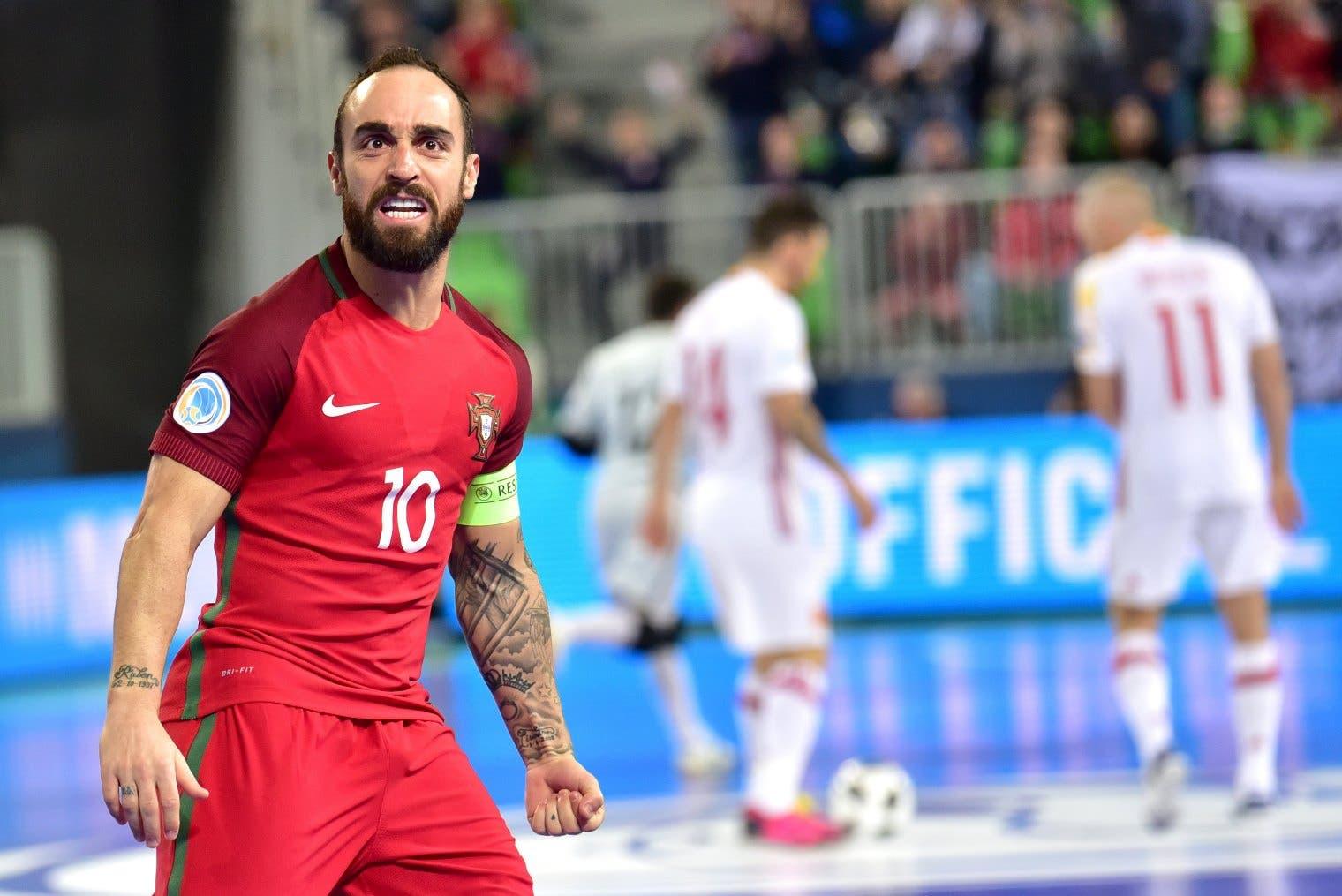 A referência. A determinação do capitão português que abriu o caminho da vitória antes da lesão. (Foto: Igor Kupljenik - EPA)