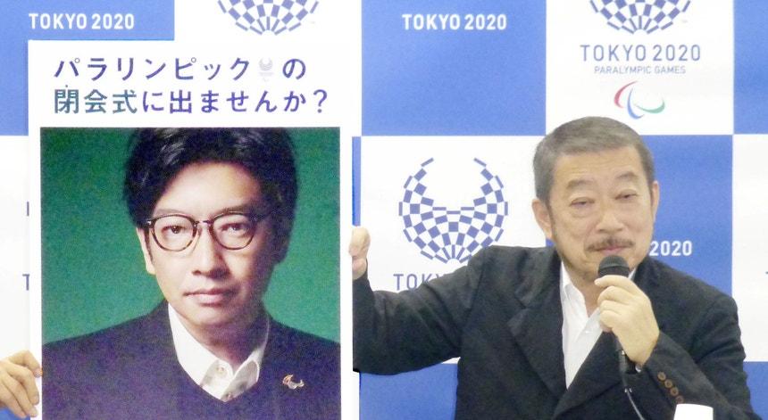 Hiroshi Sasaki, diretor criativo dos Jogos Paralímpicos de Tóquio 2020, exibe um retrato do diretor da cerimónia de abertura das Olimpíadas, Kentaro Kobayashi, durante uma conferência de imprensa em dezembro de 2019.
