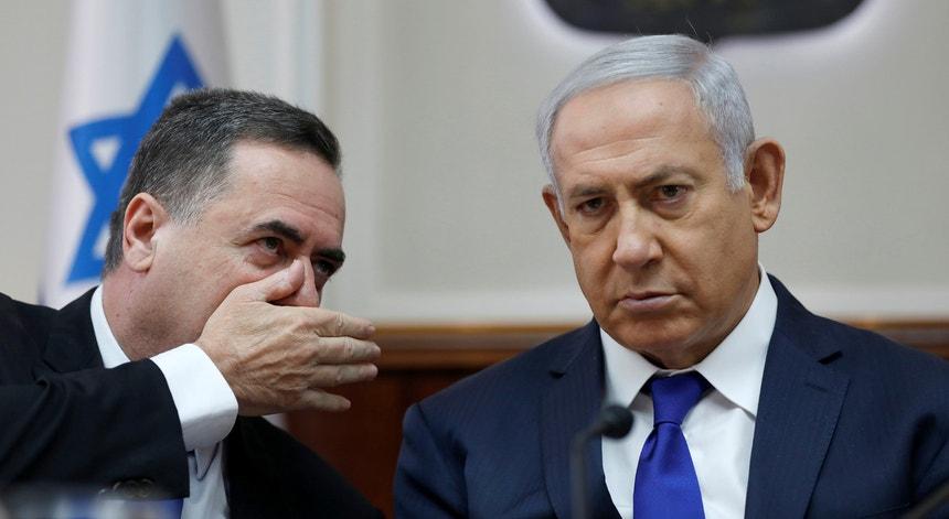 O MNE Israel Katz (esq.) com o primeiro-ministro Benjamin Netanyahu.