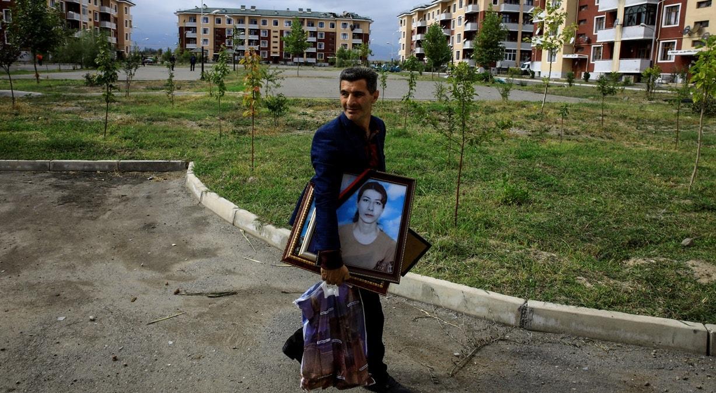Cidade de Terter, Iman Abisiv recolhe os seus pertences depois do cessar fogo   Umit Bektas - Reuters