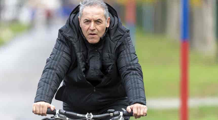 Marcel Koller foi de bicicleta para o treino