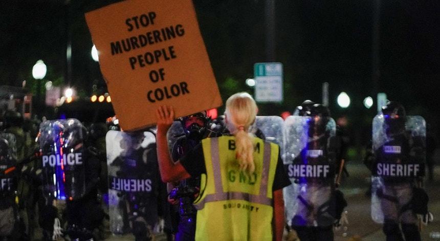 Vários manifestantes protestaram em Kenosha contra a violência sobre afroamericanos