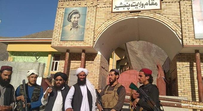 Fotografias publicadas nas redes sociais mostram elementos talibãs em frente do portão da residência do governador da província, após lutar com a Frente Nacional de Resistência (FNR), liderada por Ahmad Massoud.