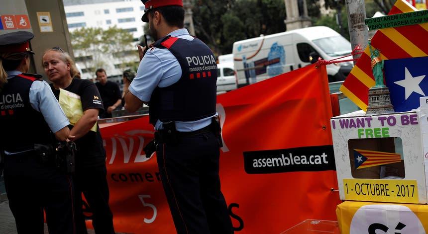 Mossos de Esquadra junto a uma mesa de voto simbólica nas ruas de Barcelona. Foto: Jon Nazca - Reuters