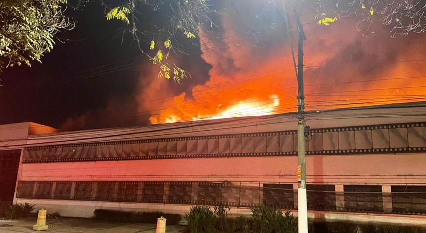 Onze viaturas foram enviadas ao local para combater as chamas, que deflagraram num armazém onde se encontram materiais altamente inflamáveis.