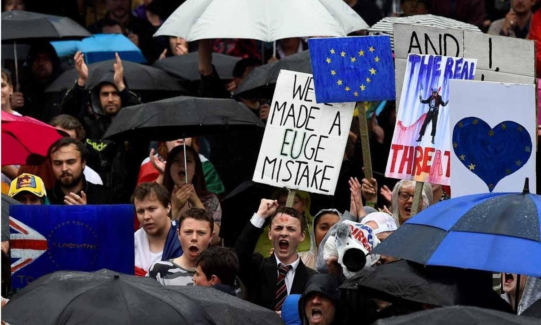 Manifestantes participam num protesto que visa mostrar a solidariedade dos londrinos para com a União Europeia após o recente referendo da UE, na Praça Trafalgar, centro de Londres, Inglaterra, 28 de junho de 2016. REUTERS/Dylan Martinez