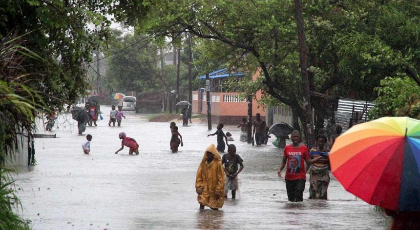 A chuva intensa que cai desde a noite de Domingo último, na cidade da Beira, província de Sofala, provocou já vários estragos, deixando famílias residentes nos bairros da Manga, Munhava, Macorungo e Praia Nova em situação de inundações
