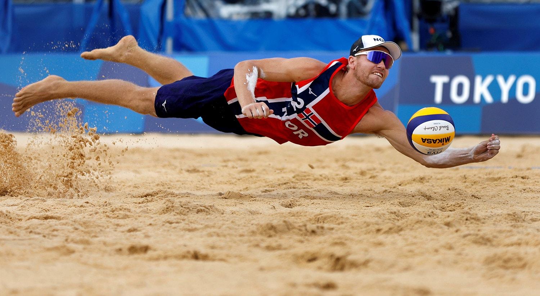 Nos quartos-de-final de voleibol de praia ROC vs Noruega. O voo para a bola do atleta Christian Sorum.   Foto: John Sibley - Reuters