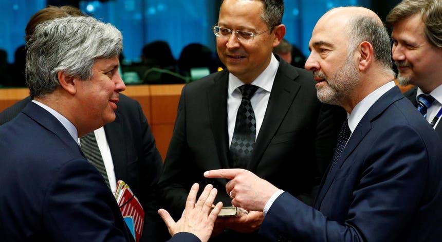 Ministro português das Finanças com comissário Europeu Pierre Moscovici (à direita)