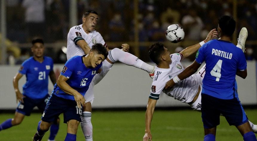 O México ultrapassou o obstáculo El Salvador e manteve a liderança da CONCACAF