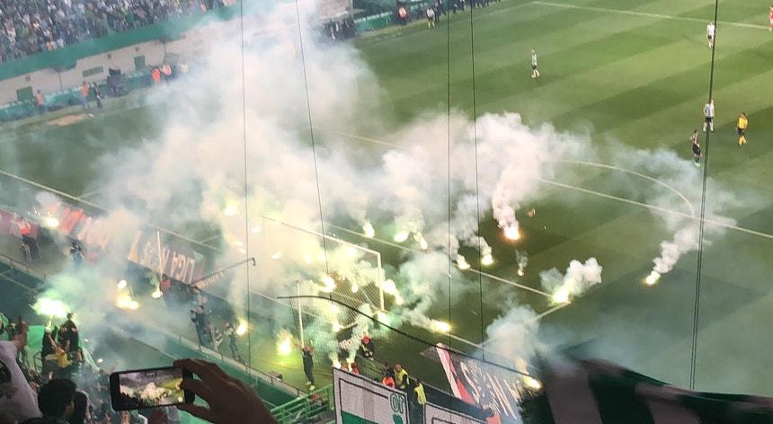 O lançamento de tochas no último Sporting-Benfica foi o motivo para marcar esta reunião