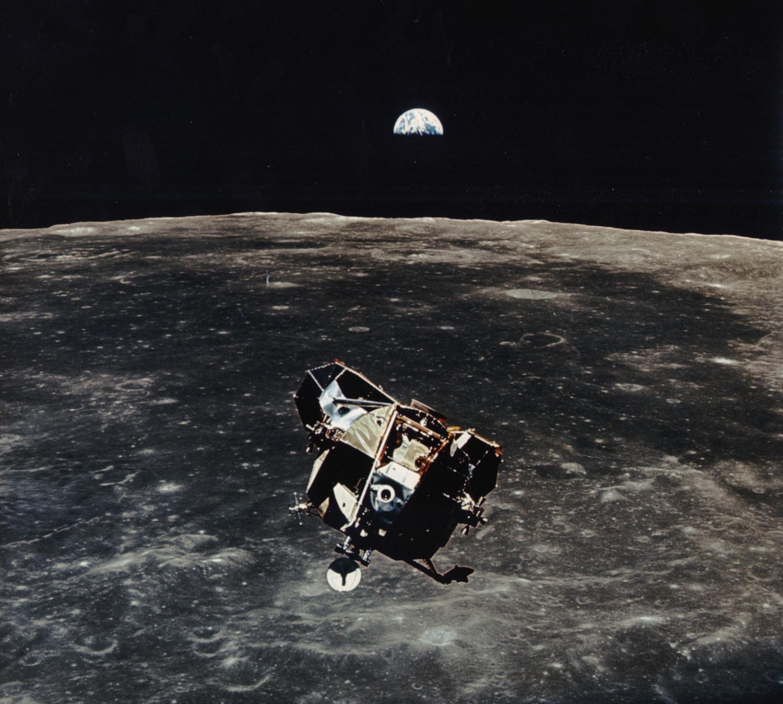 """Enquanto Armstrong e Aldrin exploraram a região lunar do Mar da Tranquilidade, o astronauta Michael Collins  permaneceu com o """"Columbia"""" em órbita lunar. /Crédito: NASA"""