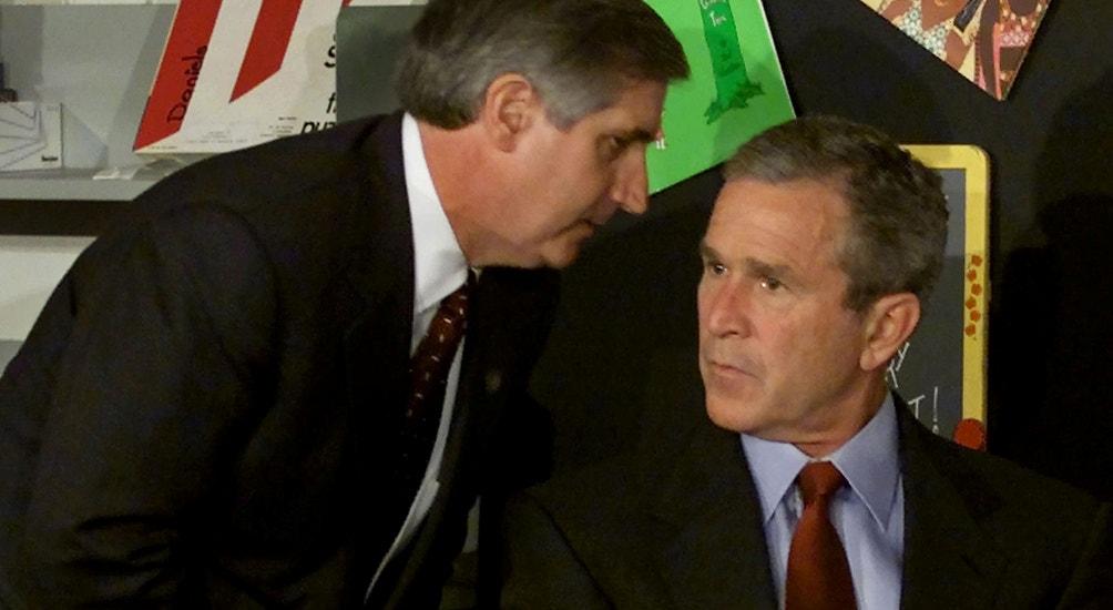 Momento em que o assessor Andrew Card segreda ao Preseidente GW Bush a notícia do ataque   Win McNamee - Reuters