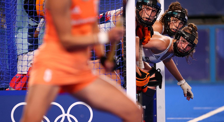 Hóquei. As jogadoras da Grã-Bretanha preparam-se para defender uma penalidade.   Foto: Bernadett Szabo - Reuters