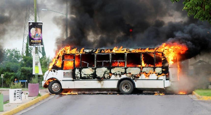 Um autocarro em chamas durante os confrontos dos homens do Cartel de Sinaloa com as forças policiais