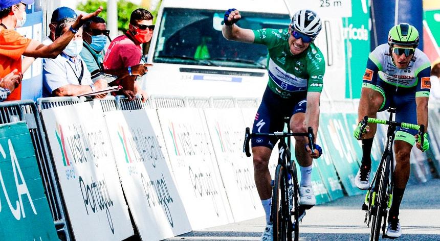 Sam Bennett (Deceuninck-QuickStep) vence ao sprint a 3.ª etapa da 47ª Volta ao Algarve em Bicicleta