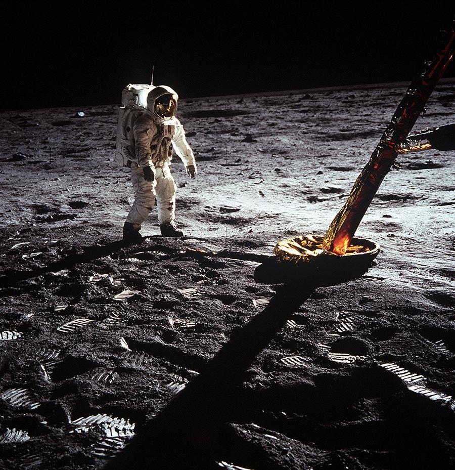 Edwin Aldrin caminha em direção do Módulo Lunar.  /Crédito: NASA