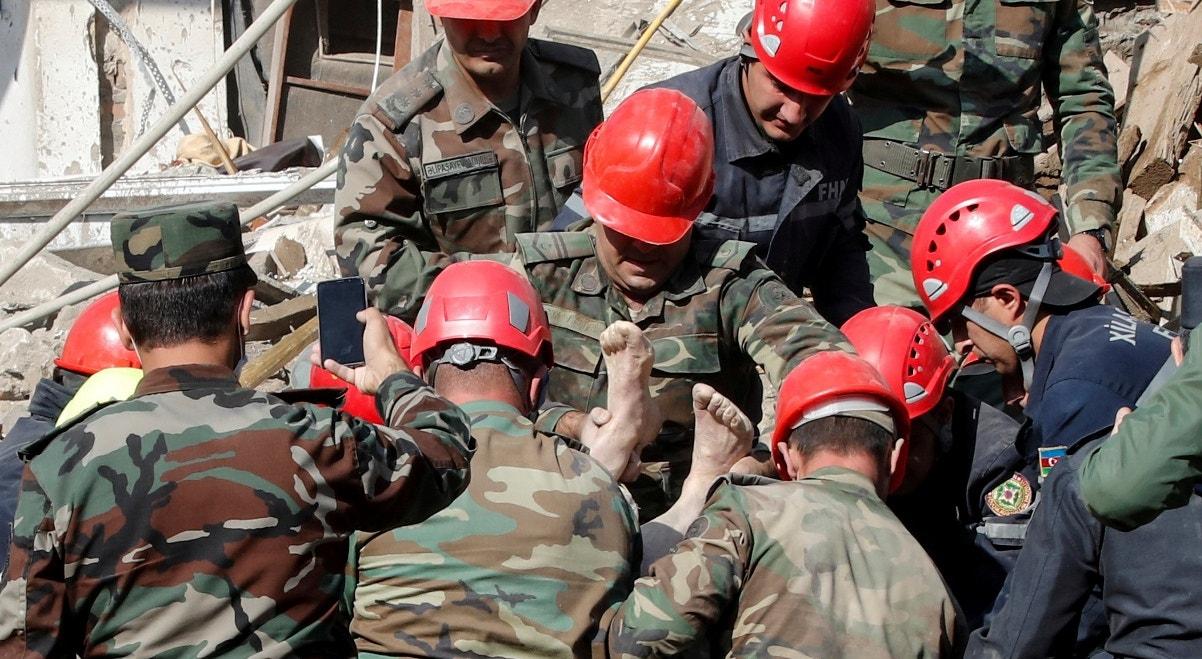 Cidade de Ganja, equipas de socorro resgatam vítima de bombardeamento   Umit Bektas - Reuters