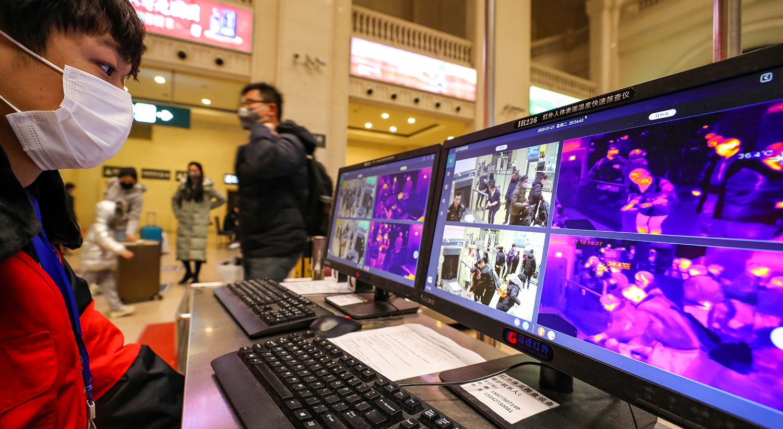 Monitorização térmica para detetar as temperaturas dos passageiros na estação ferroviária de Hankou em Wuhanter, antes de ter sido encerrada | China Daily via Reuters