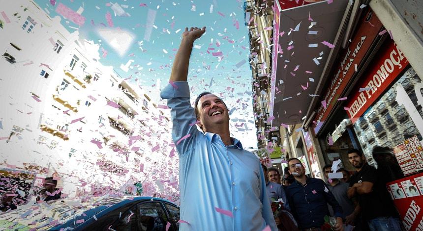 A sondagem da Universidade Católica para a RTP e Antena 1 prevê que o Partido Socialista obtenha 47 por cento dos votos e dá como muito provável que Fernando Medina tenha maioria no executivo comunitário.