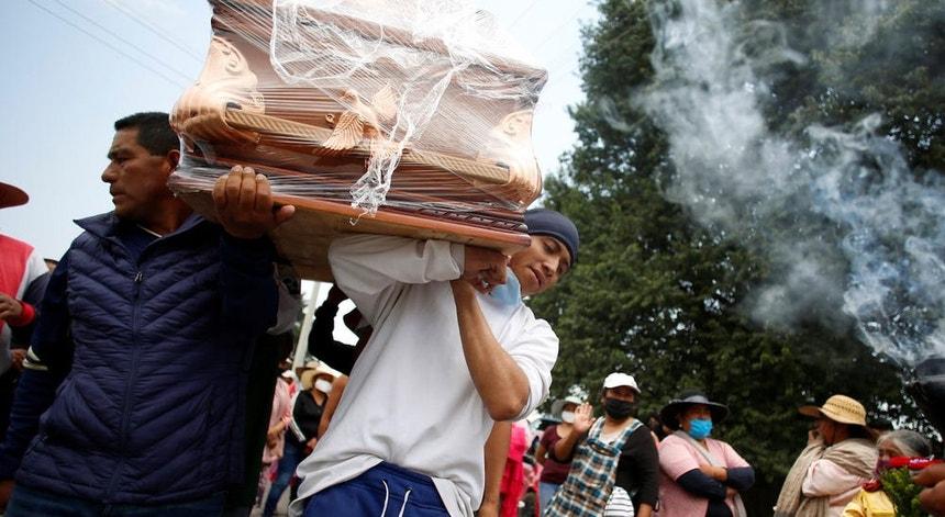 Os mexicanos continuam a transportar os seus entes queridos até à última morada