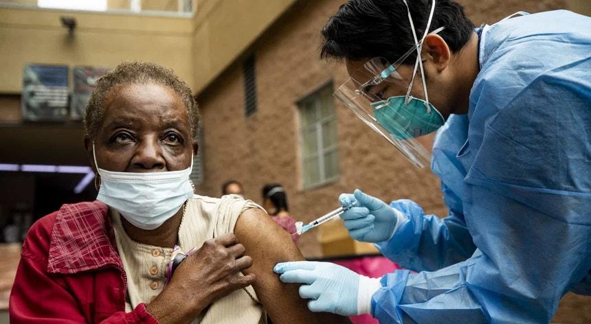Vacinar pode ser uma das formas mais eficazes de combater a pandemia