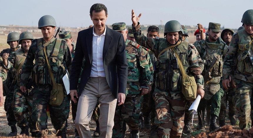 O Presidente sírio Bashar al-Assad, duranteuma visita às tropas sírias estacinadas em Idlib, em outubro de 2019