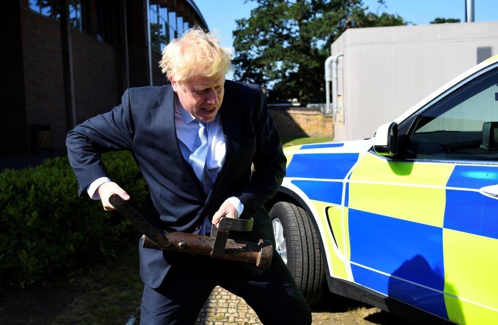 Boris Johnson, candidato à liderança do Partido Conservador, segura um aríete quando visita o Centro de Treino da Polícia do Vale do Tamisa em Reading, 3 de julho de 2019. REUTERS/Dylan Martinez/Pool