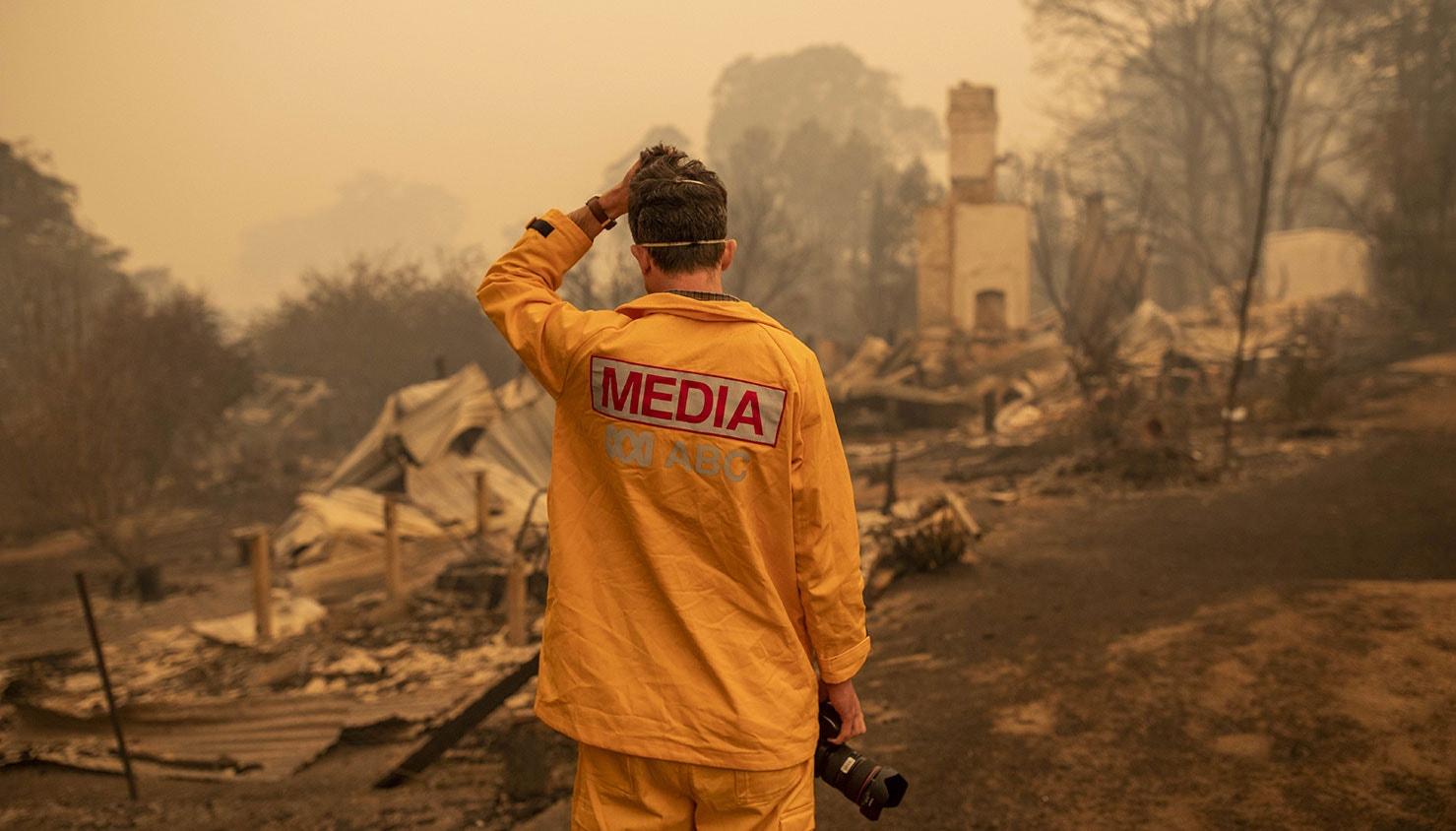 O fotógrafo a ABC, Matt Roberts, reage ao ver a casa da irmã destruída pelos incêncios na região de Nova Gales do Sul | Sead Davey - EPA