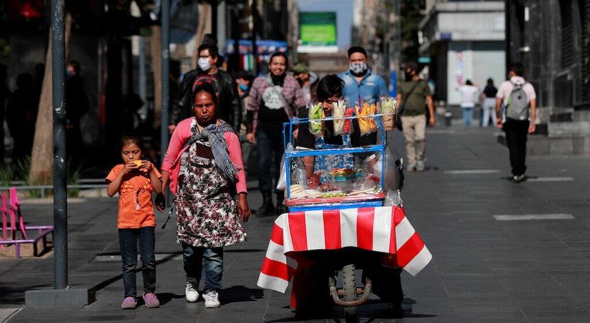 Os mexicanos procuram tornear as dificuldades do dia a dia, apesar da constante ameaça da covid-19