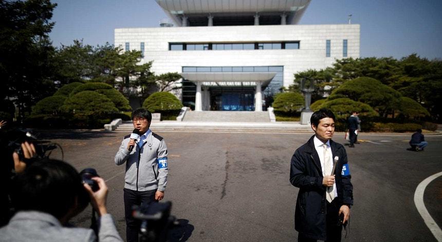 """A """"Casa da Paz"""", onde vai decorrer a cimeira desta sexta-feira, fica na parte sul da aldeia de Panmjnjom, na Zona Desmilitarizada que divide as duas Coreias."""