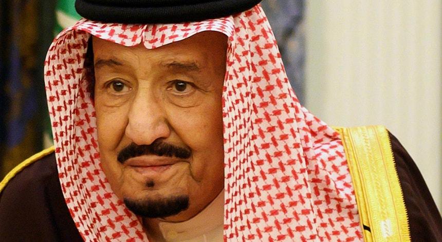 O Rei da Arábia Saudita, Salman bin Abdulaziz, em julho, durante uma reunião virtual com o seu Governo