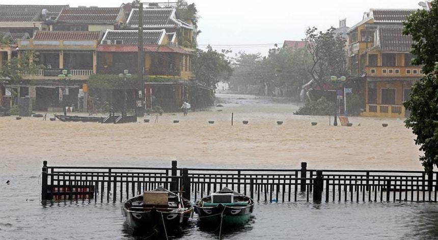 O tufão Molave causou prejuízos avultados à passagem pelo Vietname