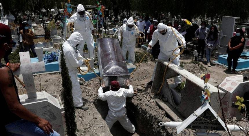 Os mexicanos continuam a despedir-se dos compatriotas que sucumbem à doença