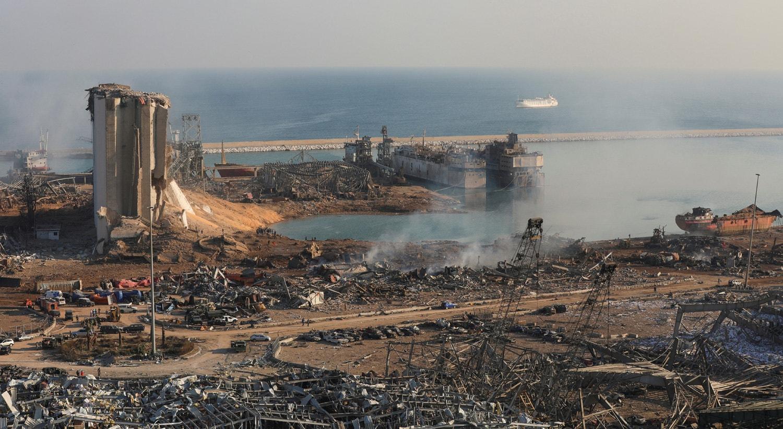Um cenário apocalíptico: contentores que parecem latas torcidas, carros queimados, ruas cobertas de papéis e detritos de edifícios de escritórios espalhados pelas explosões   Mohamed Azakir - Reuters
